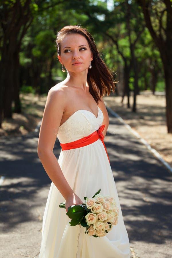 Sposa europea nel parco immagini stock libere da diritti