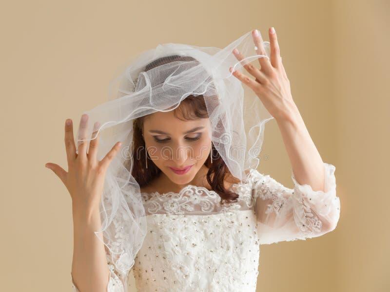 Sposa felice con il velo bianco fotografia stock