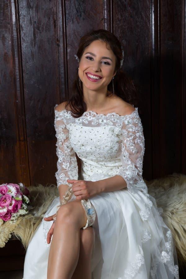 Sposa felice con la giarrettiera fotografia stock