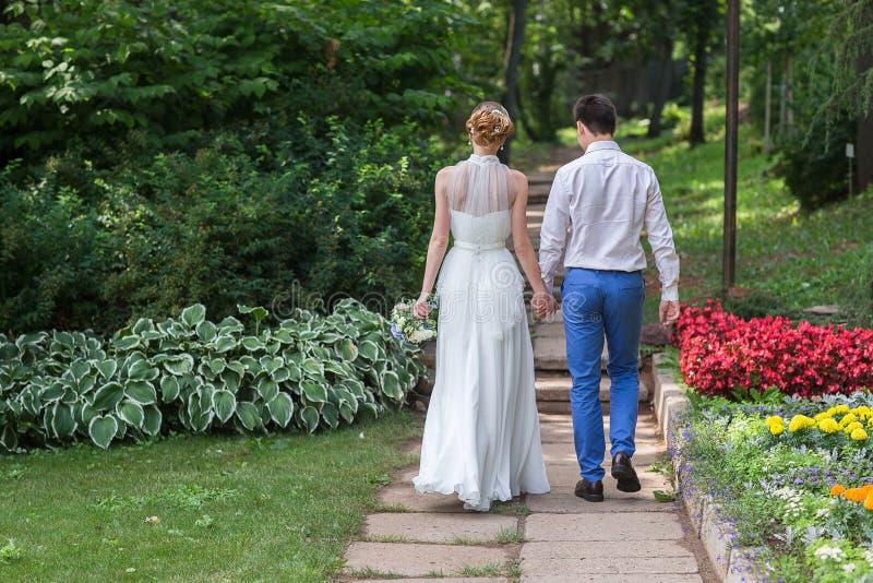 Sposa felice e sposo che celebrano giorno delle nozze fotografie stock libere da diritti