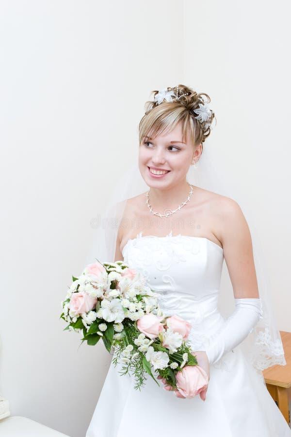 Sposa felice nel paese fotografie stock libere da diritti