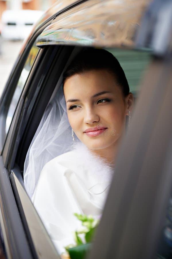 Sposa felice in un'automobile di cerimonia nuziale fotografie stock