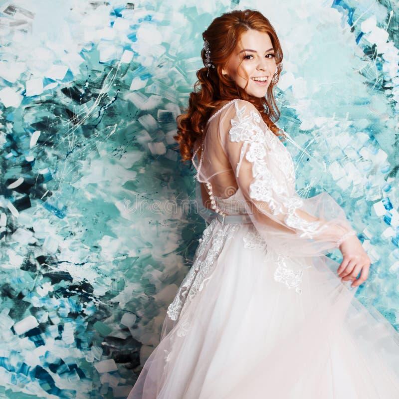 Sposa graziosa e romantica in vestito da sposa con le maniche lunghe Giovane donna redheaded in vestito da sposa immagini stock