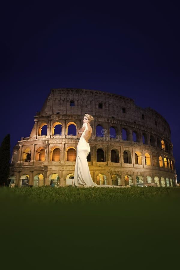Sposa graziosa vicino al Colosseo immagini stock libere da diritti
