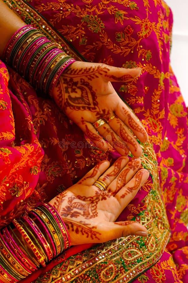 Sposa indiana di cerimonia nuziale che ottiene hennè applicato fotografie stock