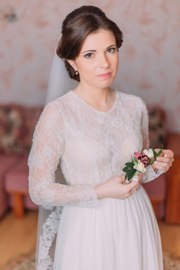 Sposa innocente sveglia a casa in vestito da sposa bianco, concetto delle preparazioni Ritratto della ragazza tenera in abito immagini stock