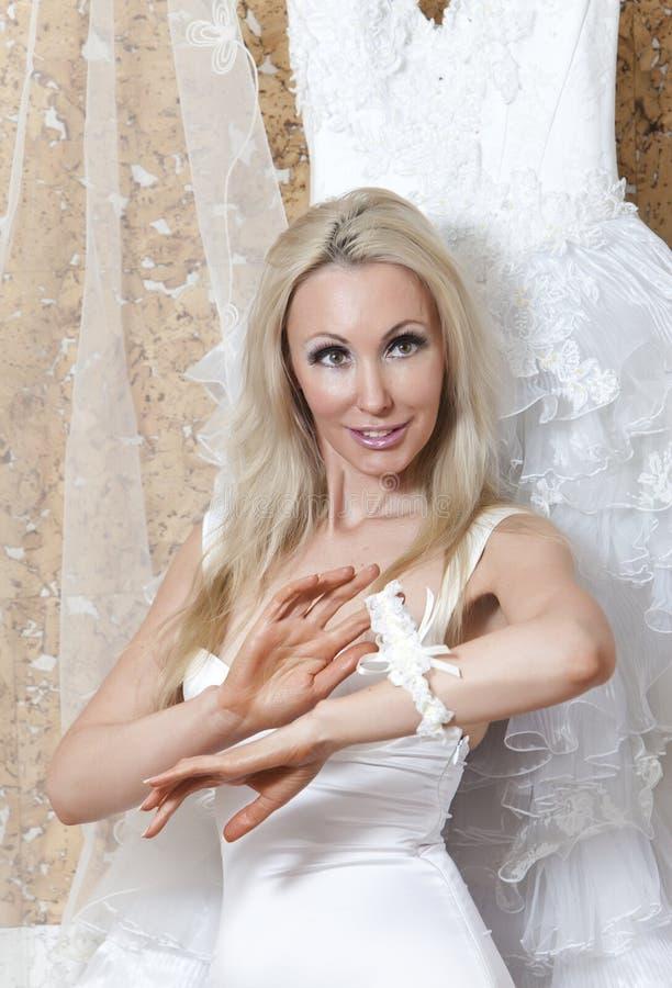 Sposa, La Giovane Donna Con Capelli Lunghi Biondi Con Una ...