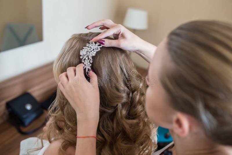 Sposa a lavoro di parrucchiere immagini stock libere da diritti
