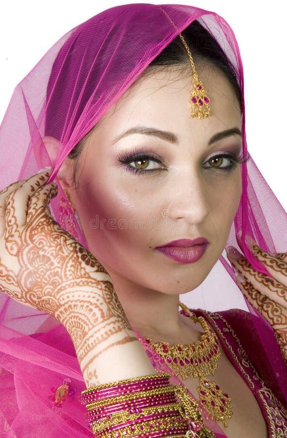 Sposa musulmana che tiene il velare immagine stock