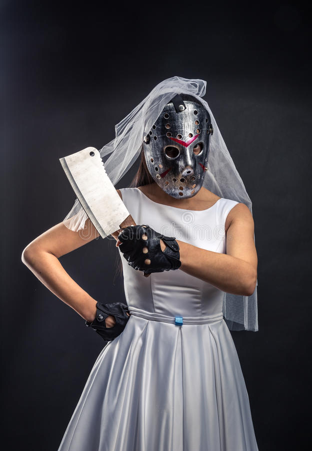 Sposa nella maschera dell'hockey con la mannaia di carne immagine stock libera da diritti