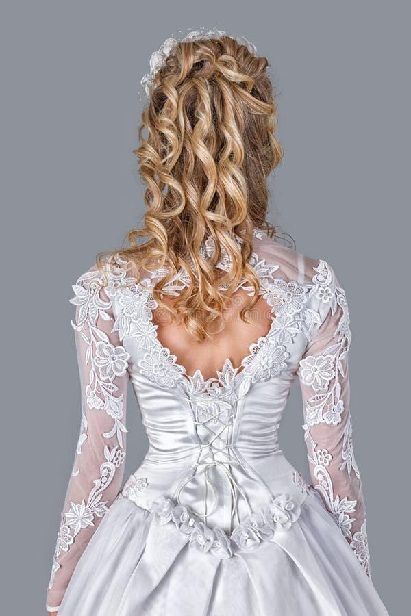 Sposa nella retrovisione dell'abito di nozze fotografia stock