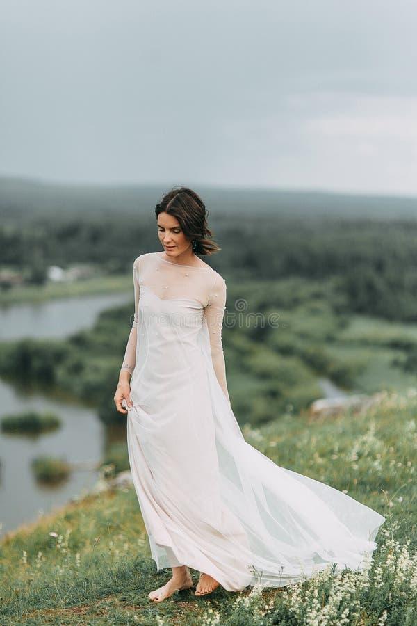 Sposa nelle montagne fotografie stock libere da diritti