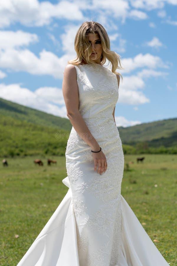 Sposa nelle montagne Il concetto dello stile di vita e delle nozze fotografie stock