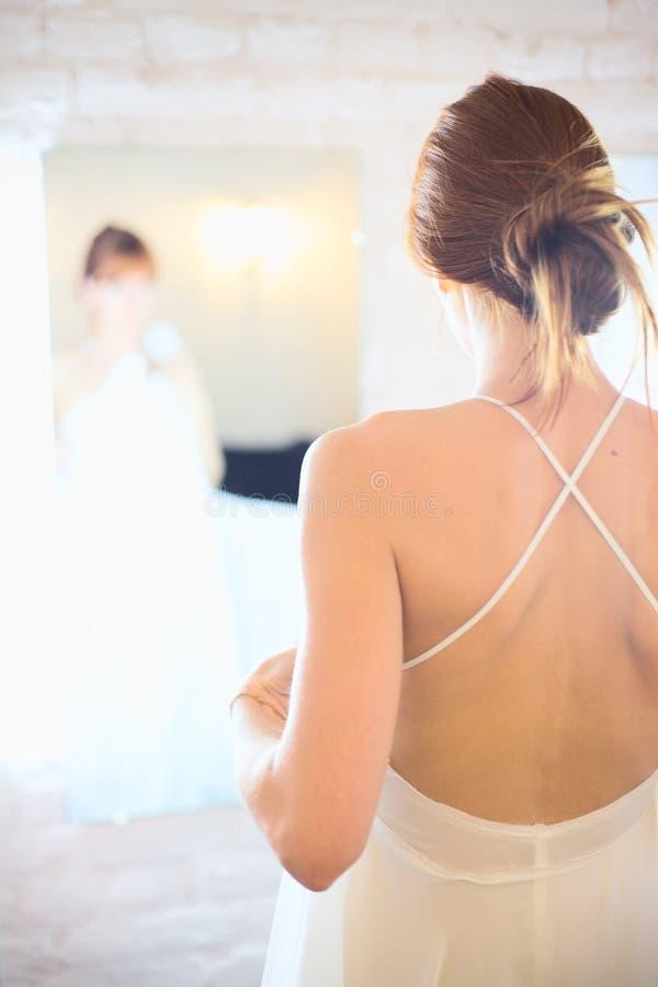 Sposa prima dello specchio fotografia stock