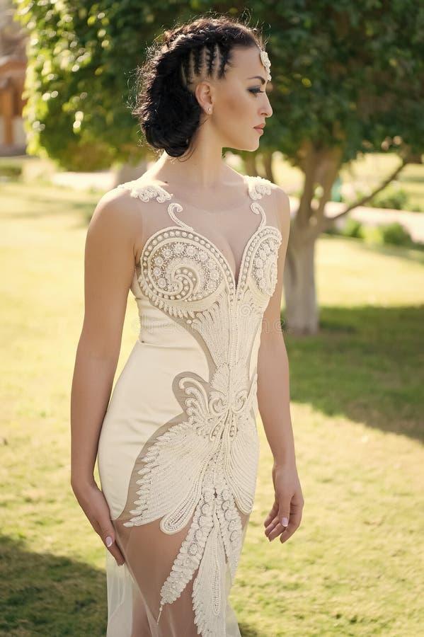 e02a5d5e7b Sposa sensuale Fondo tropicale bianco di lusso della natura di giorno  soleggiato del vestito da sposa