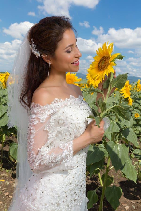 Sposa sorridente con il girasole immagine stock libera da diritti