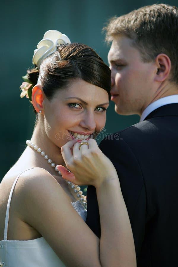 Sposa sorridente con il marito fotografia stock