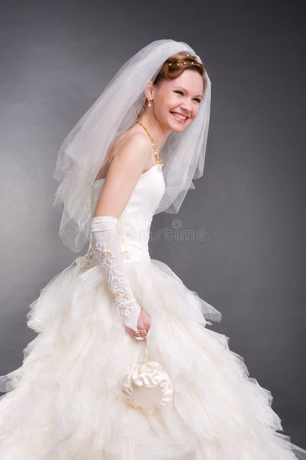 Sposa sorridente nello studio fotografia stock