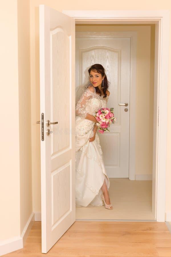 Sposa sorridente sul giorno delle nozze immagine stock libera da diritti