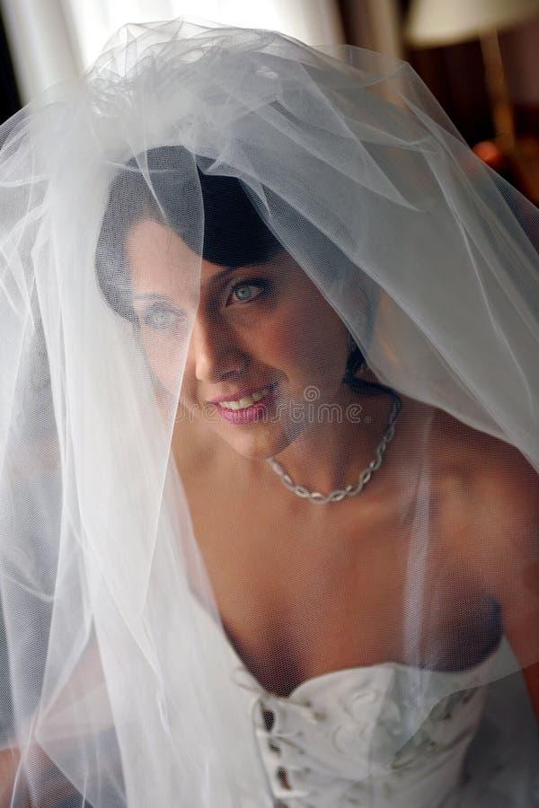 Sposa sorridente in vestito da cerimonia nuziale bianco immagini stock