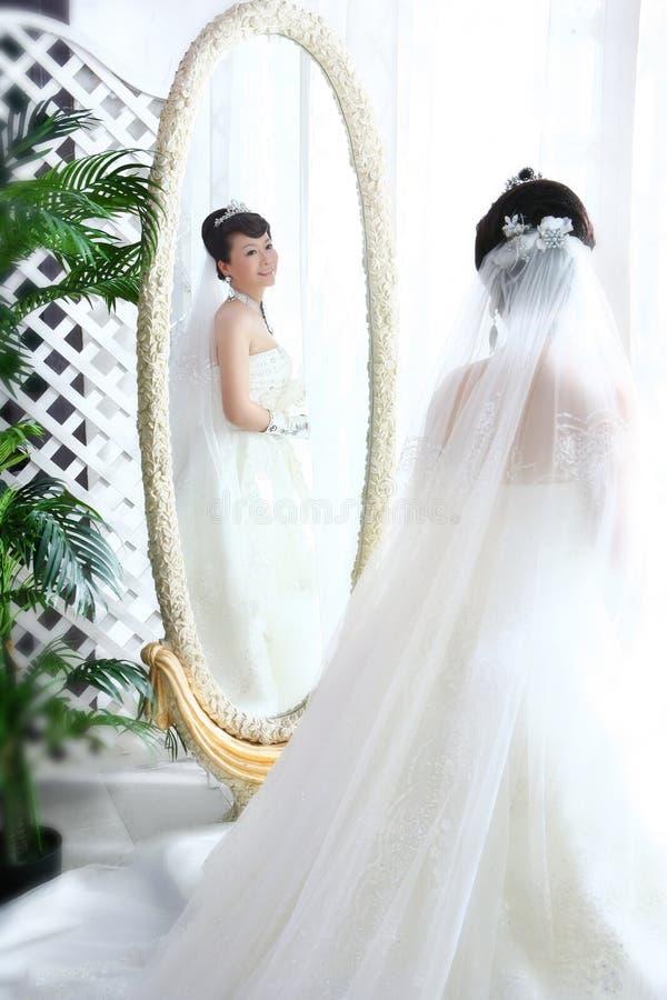 Sposa in specchio immagini stock libere da diritti