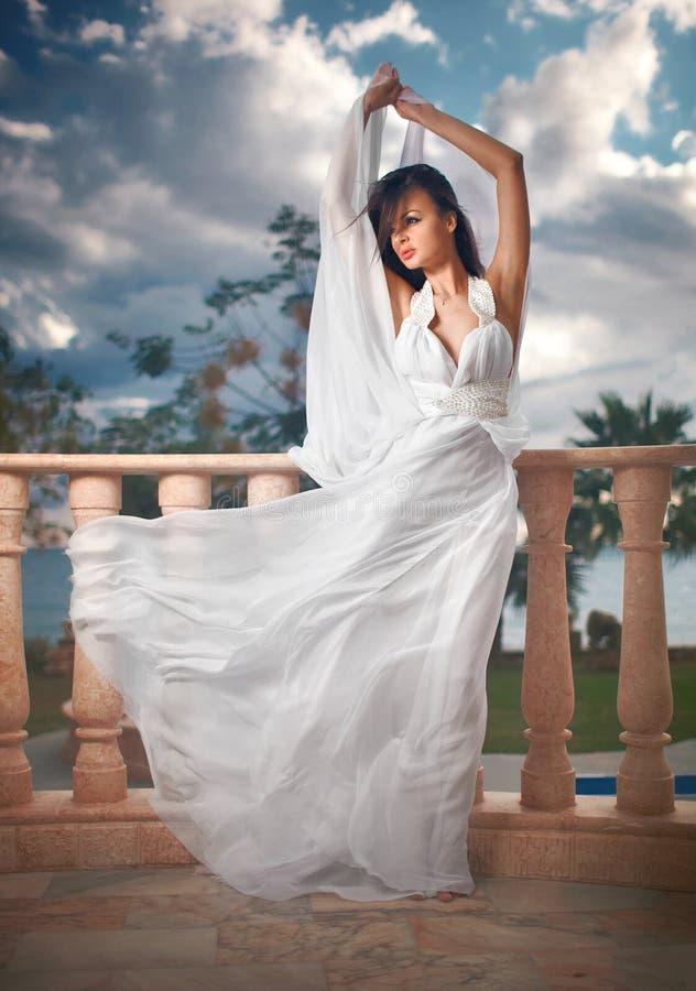 Sposa Splendida E Adorabile, Dancing Di Modello Sul Balcone O ...