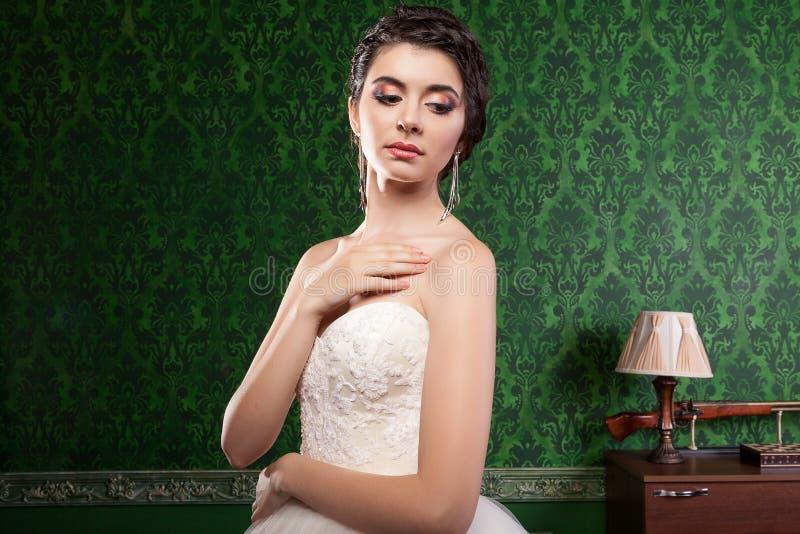 Sposa splendida nella stanza d'annata immagine stock