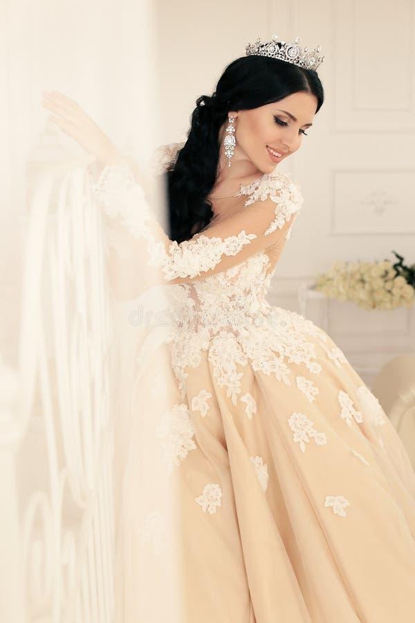 Sposa splendida in vestito da sposa lussuoso con gli accessori fotografie stock libere da diritti