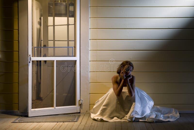 Sposa sul portico posteriore fotografie stock