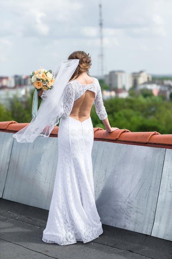 Sposa sul tetto della città fotografia stock