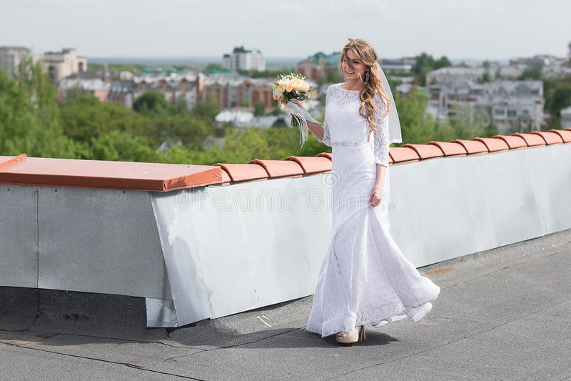 Sposa sul tetto della città fotografia stock libera da diritti