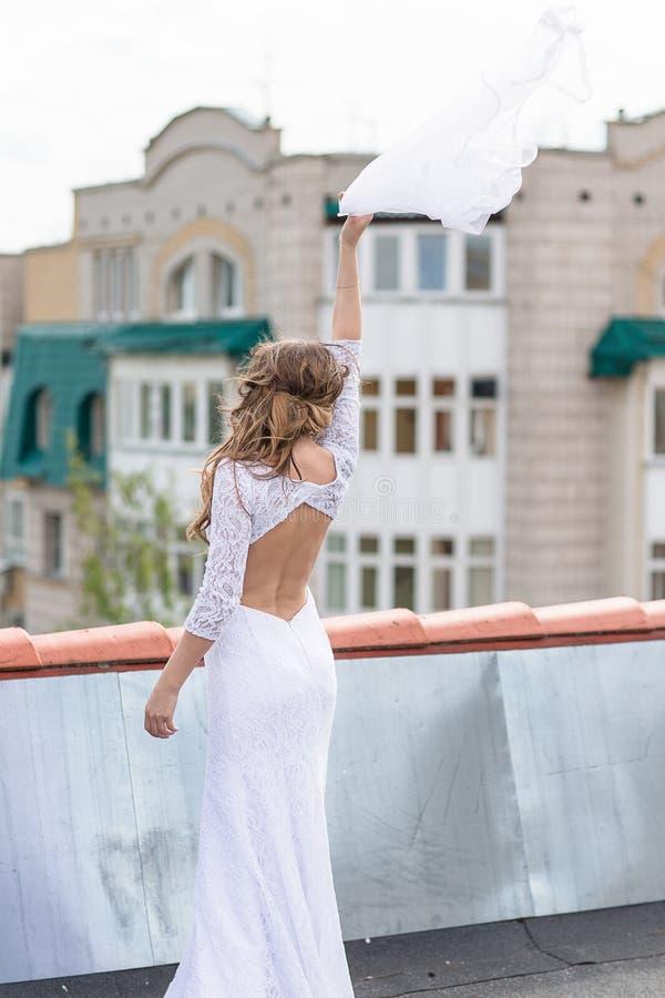 Sposa sul tetto della città immagine stock