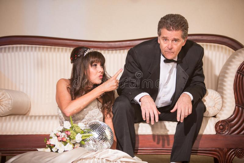 Sposa turbata che indica al marito sfortunato fotografie stock libere da diritti
