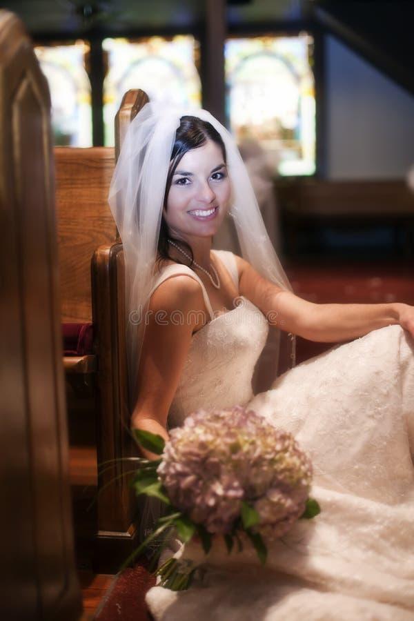 Sposa in una chiesa immagine stock