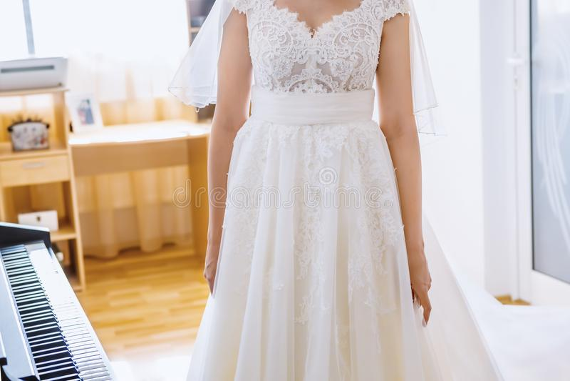 Sposa in vestito bianco in suo primo piano del salone immagini stock libere da diritti