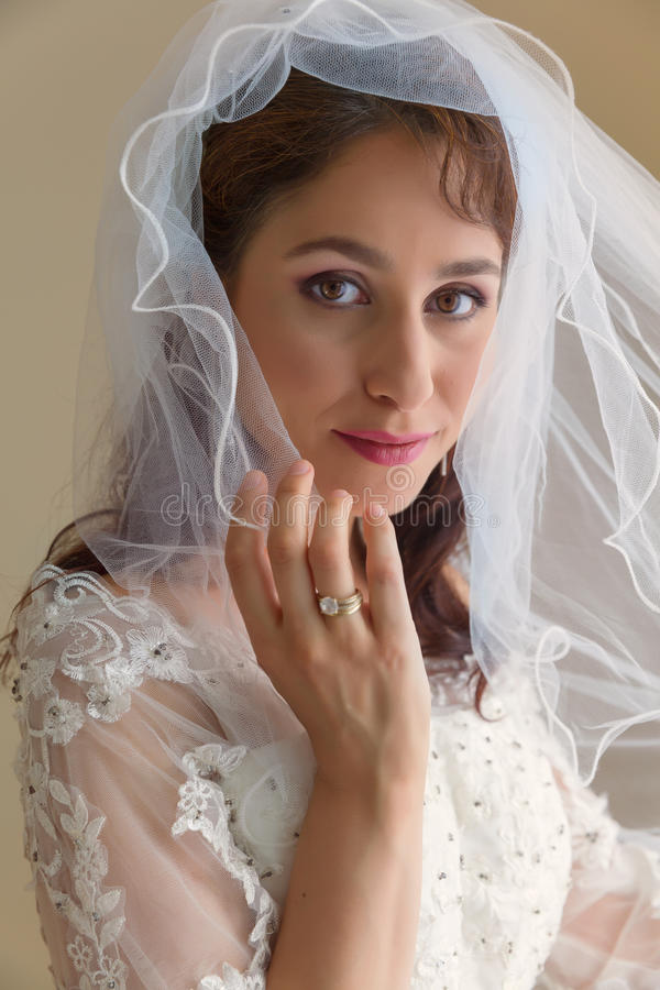 Sposa in vestito ed in velo bianchi tradizionali fotografia stock