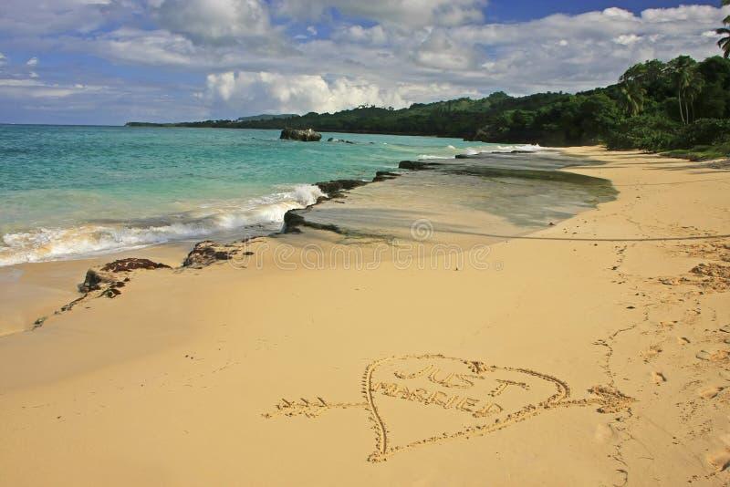 Sposato appena scritto in sabbia fotografia stock libera da diritti