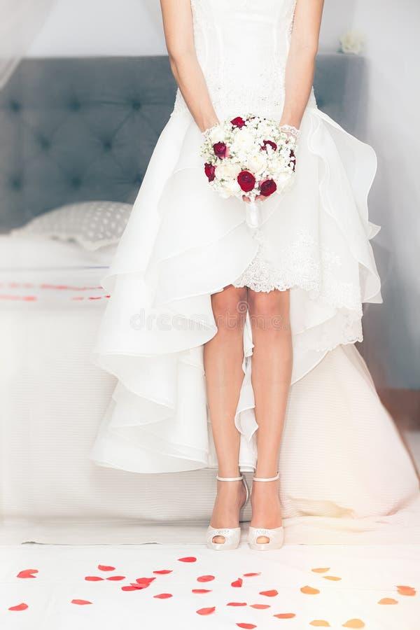 Sposi, il matrimonio Sposa a casa Letto nuziale immagini stock libere da diritti