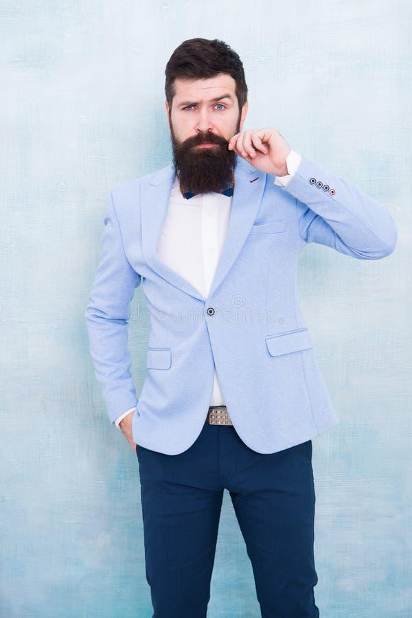 Sposo alla moda Dichiarazione con il suo rivestimento croccante sbalorditivo del vestito Esperto in modo dello stilista Stile del fotografia stock