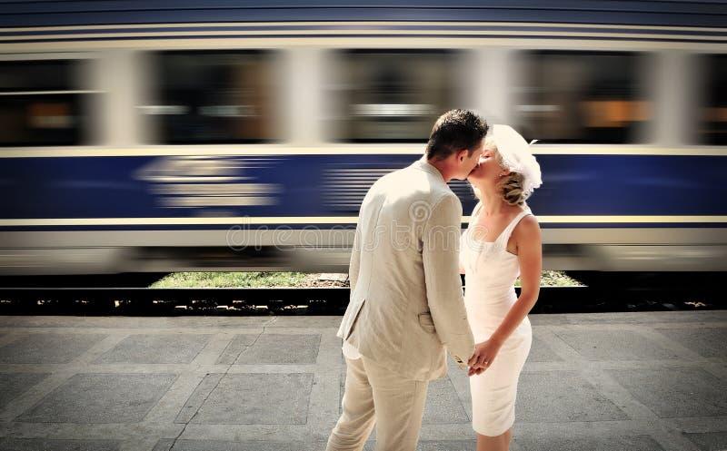 Sposo che bacia la sua sposa fotografia stock libera da diritti