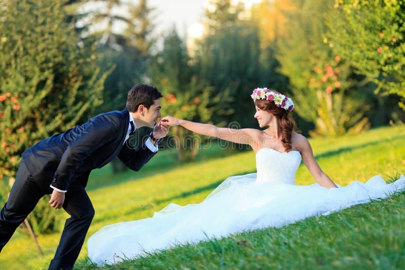 Sposo che bacia sposa fotografia stock
