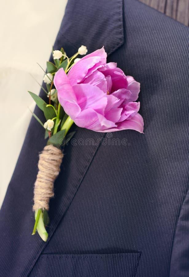 Sposo che indossa un occhiello porpora del tulipano immagine stock libera da diritti