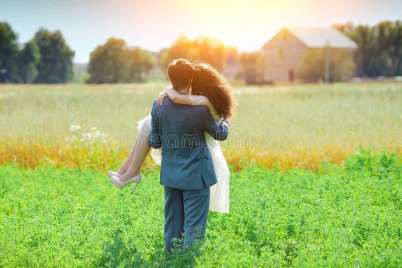 Sposo che porta la sua sposa fotografia stock libera da diritti