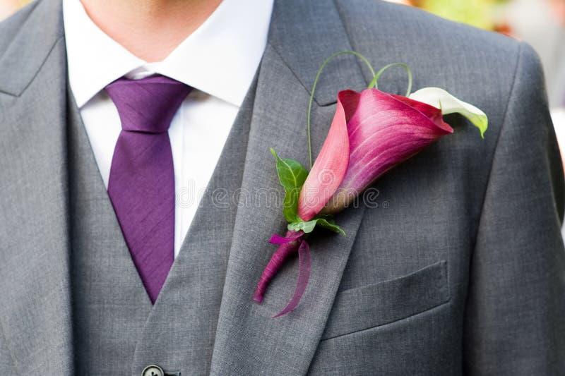 Sposo che porta un occhiello del giglio immagini stock libere da diritti