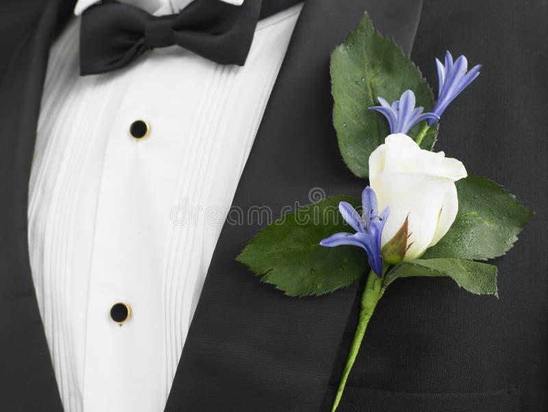 Sposo che porta un vestito con un Corsage della Rosa immagine stock libera da diritti