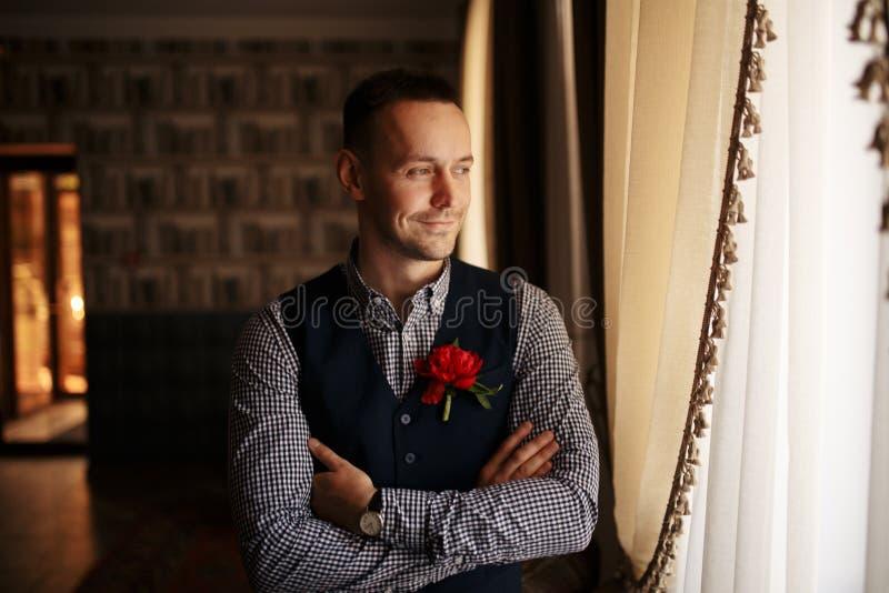 Sposo che si prepara di mattina per la cerimonia di nozze fotografia stock