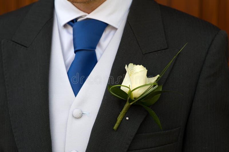 Sposo con il fiore dell'occhiello di cerimonia nuziale immagine stock libera da diritti