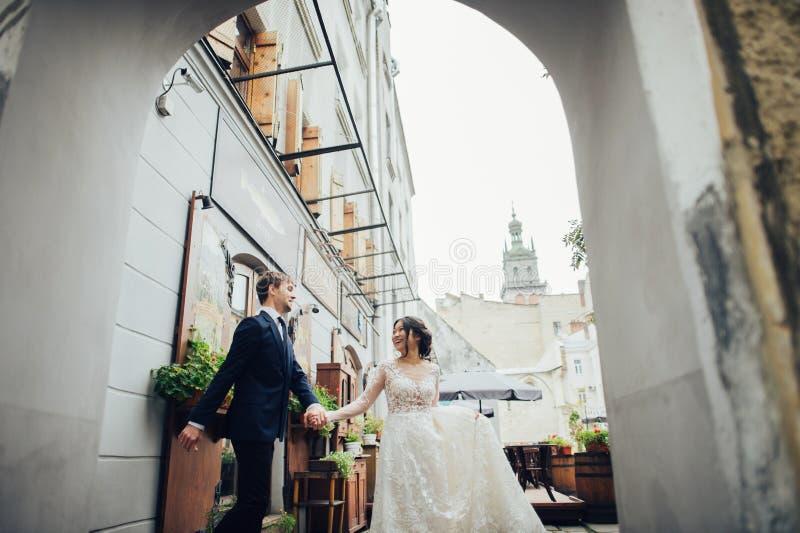 Sposo con la sposa che posa nel giorno delle nozze immagini stock libere da diritti