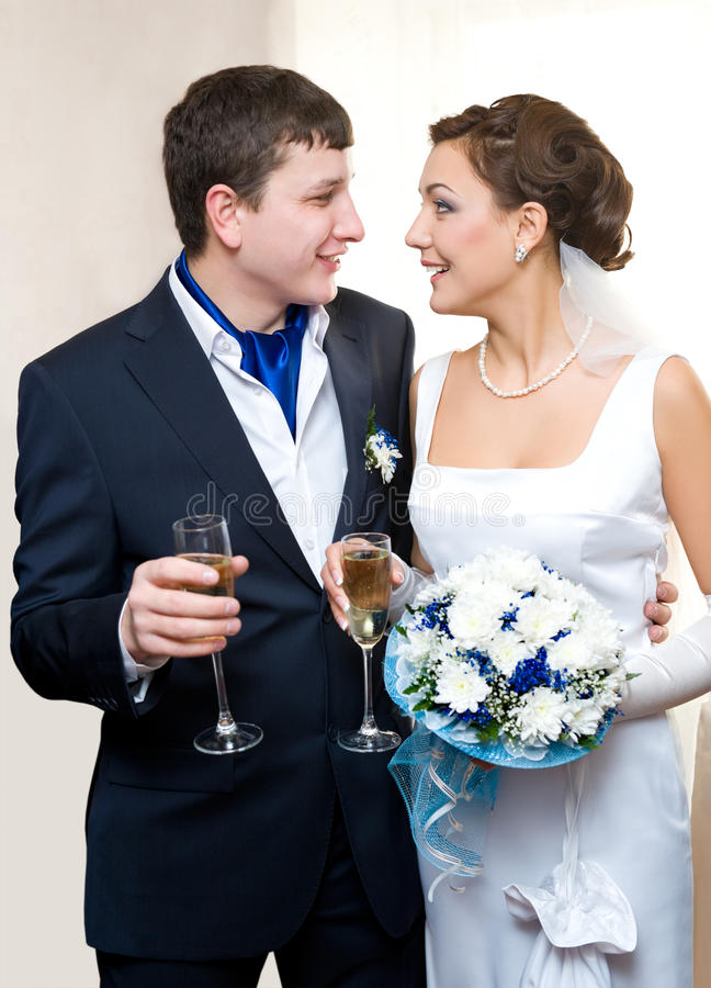 Sposo e sposa con champagne fotografie stock libere da diritti