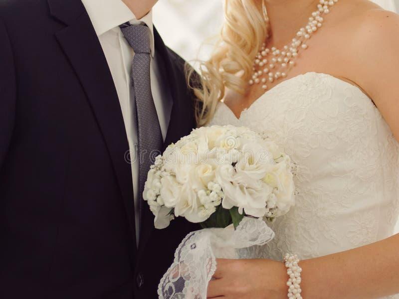 Sposo e sposa con i gioielli della perla fotografia stock libera da diritti